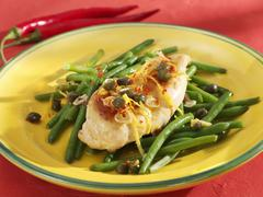 Chicken with garlic and chilli on green beans Stock Photos