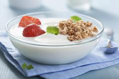 Yoghurt with cereal clusters and strawberries Kuvituskuvat