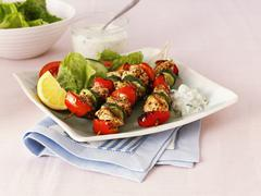 Greek chicken, pepper and courgette kebabs with salad Kuvituskuvat