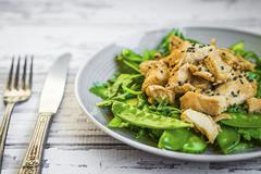 Grilled chicken with spinach, rocket and peas Kuvituskuvat