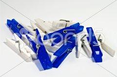 Wäscheklammern blau-weiß Stock Photos