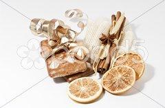 Lebkuchen, Orangenscheiben und Zimtstangen Stock Photos