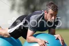 Athletiktraining mit dem Pezziball Stock Photos