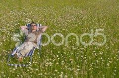 Mann ruht auf sich auf der Wiese aus Stock Photos