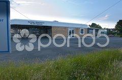 Wirtschaftskrise, leerstehendes Autohaus Stock Photos