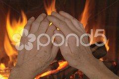 Hände am Kamin Stock Photos