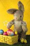 Osterhase mit Ostereiern und Küken Stock Photos