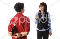 Mutter und Sohn, beim Biertrinken erwischt Stock Photos