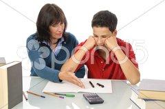 Mutter und Sohn, Hilfe bei Hausaufgaben Stock Photos