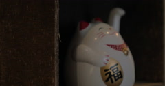 Fortune cat figurine beckoning with paw Stock Footage