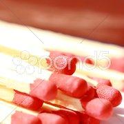 Zündholzköpfe und Reibe Stock Photos