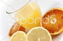 Zitrusfrüchte und orangensaft Stock Photos