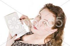 Frau macht Notizen auf Schreibblock Stock Photos