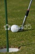Golfball kurz vor dem einlochen Stock Photos