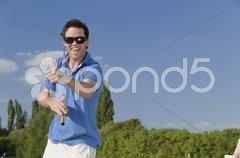 Junge Golfer auf dem Golfplatz Stock Photos