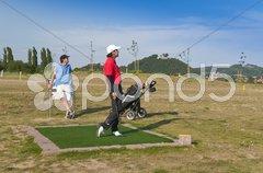 Junge Golfer beim Abschlag Stock Photos
