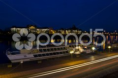 View of the riverbank of the Elbe in Dresden at night Stock Photos