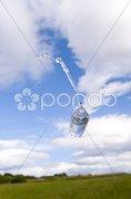 Wasserflasche fliegt in der Luft Stock Photos