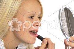 Junge Frau macht Make-Up Stock Photos