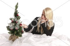 Junge Frau mit Weihnachtsbaum Stock Photos