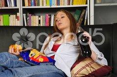 Teenager. Mädchen auf dem Sofa Stock Photos