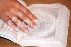 Hand hält Buch Stock Photos