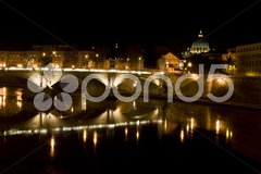 Saint Peter and the Tiber in Rome at night Kuvituskuvat