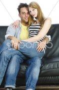 Jugendliches Paar auf dem Sofa Stock Photos