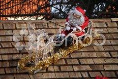 Weihnachtsmann mit Rentierschlitten Stock Photos