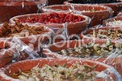 Antipasti auf einem Markt Stock Photos
