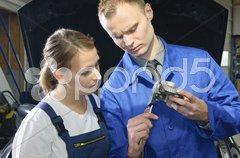KFZ-Meister und Azubi in der Werkstatt Stock Photos