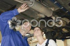 Autowerkstatt Abgasanlage prüfen Stock Photos