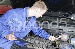 KFZ-Meister beim Check eines PKW Stock Photos