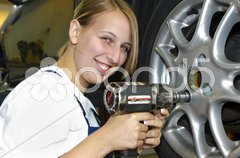 Reifenwechsel in der Autowerkstatt Stock Photos