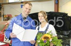 Autowerkstatt, Meister gratuliert Auszubildenden Stock Photos