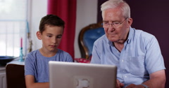 4k, Grandson explaining how to use a lalptop to his grandfather Arkistovideo