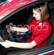 Teenage Girl Texting and Driving Kuvituskuvat