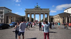 Couple making selfie at brandenburg gate, Brandenburger Tor Stock Footage
