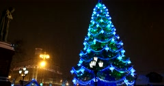 The monument to Alexander Pushkin and the Christmas tree, heavy snow Stock Footage