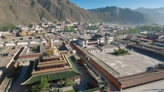 Drone flight over golden stupa and Tibetan Labrang monastery in China Stock Footage