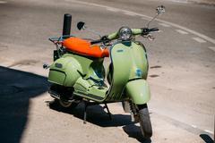 Green vintage sprint motor scooter motorbike motorcycle parked i Kuvituskuvat