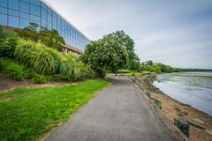 Walkway along the Potomac River and modern office building in Alexandria, Vir Stock Photos