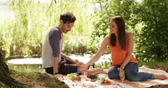 4k, An affectionate couple enjoying a picnic in the sun. Slow motion. Stock Footage