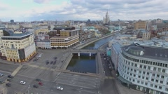 City traffic on Zamoskvoretsky and Cast-iron bridges river Stock Footage