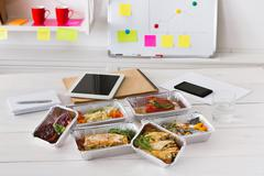 Healthy lunch foil box with diet food on office table Kuvituskuvat
