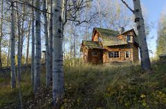 Funky log cabin, 83 Mile House, Cariboo region, British Columbia, Canada Stock Photos