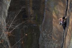 A female climber crack climbs Rite of Passage 5.9+, Red River Gorge, Kentucky Kuvituskuvat