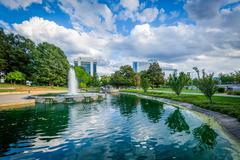 Fountain and lake at Marshall Park, in Uptown Charlotte, North Carolina. Kuvituskuvat
