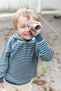 Kleiner Junge mit Fernglas Stock Photos