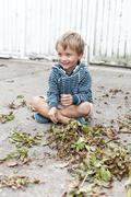 Kleiner Junge mit Herbstblätter Stock Photos
